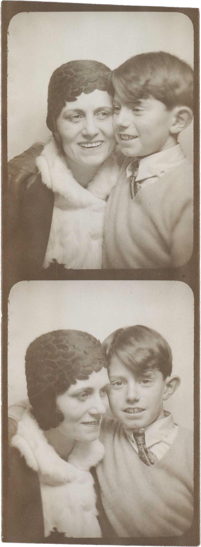 Два снимка Ольги иПоля Пикассо изфотоавтомата. Около 1928 , фотография. Архив Ольги Руис-Пикассо, Фонд поддержки искусства Альмины иБернара Руис-Пикассо, Мадрид