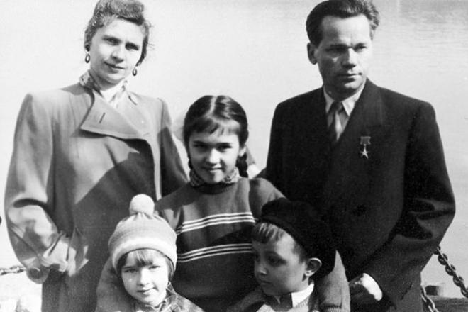 Михаил Калашников с женой и детьми