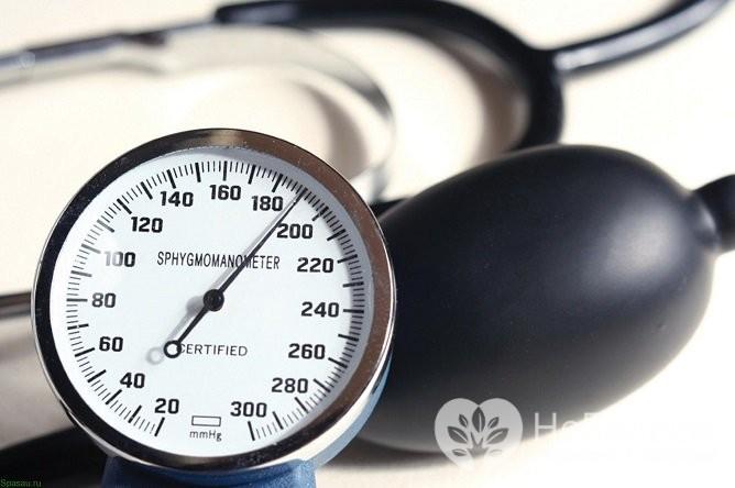 Гипертоникам необходимо контролировать артериальное давление, и при его значительном подъеме сразу принимать меры