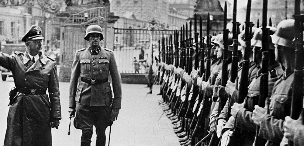 Глава Главного управления имперской безопасности Германии рейхсфюрер СС Генрих Гиммлер (в центре) с инспекцией в Праге осенью 1941 года