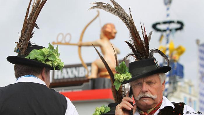 Посетитель праздника разговаривает по мобильному телефону
