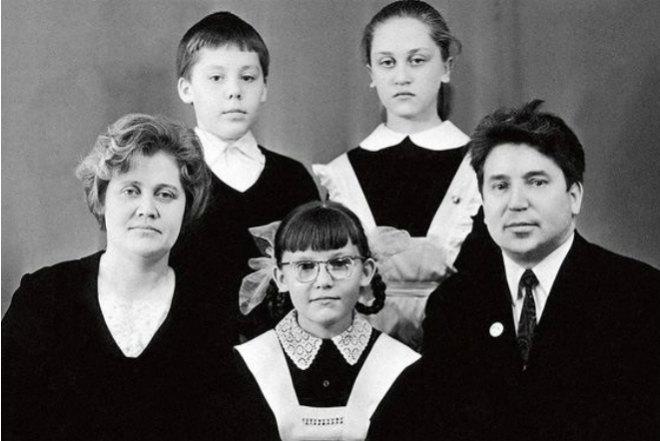 Елена Малышева вдетстве сродителями, братом истаршей сестрой