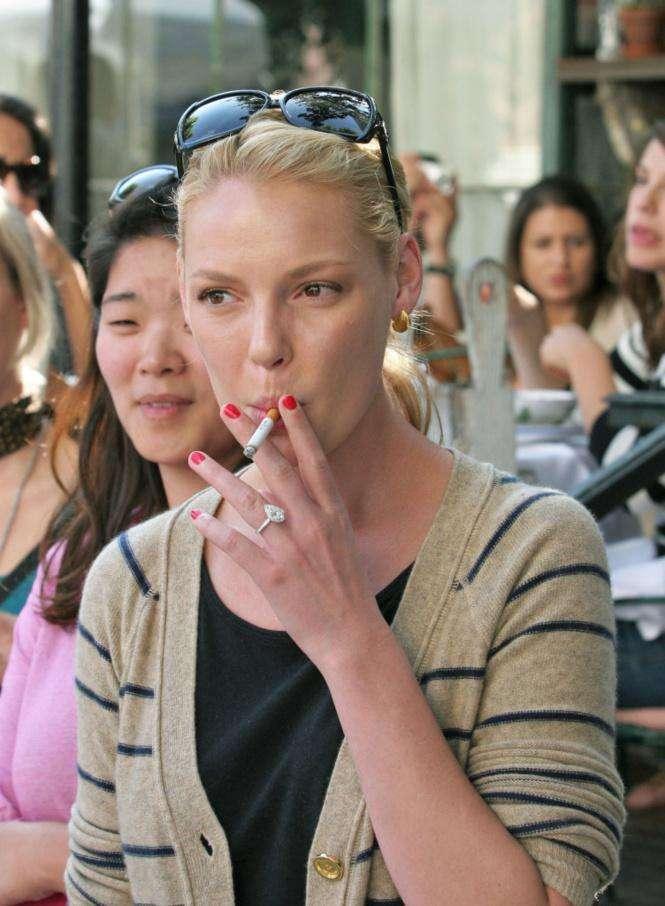 Кэтрин Хейгл  курит