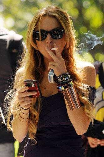 Линдси Лохан курит
