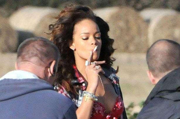 Рианна курит