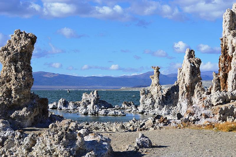 Туфовые башни озера Моно— результат осаждения солей, когда уровень воды в озере был выше. Фото: Nandaro / Wikimedia Commons / CC BY-SA 3.0