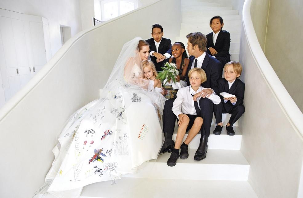 Джоли-Питты всей семьей.jpg