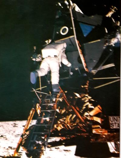 Астронавт собирается ступить на Луну