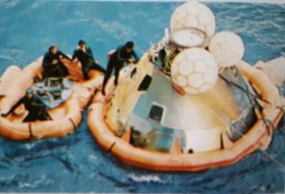 Капсула с астронавтами на надувном понтоне