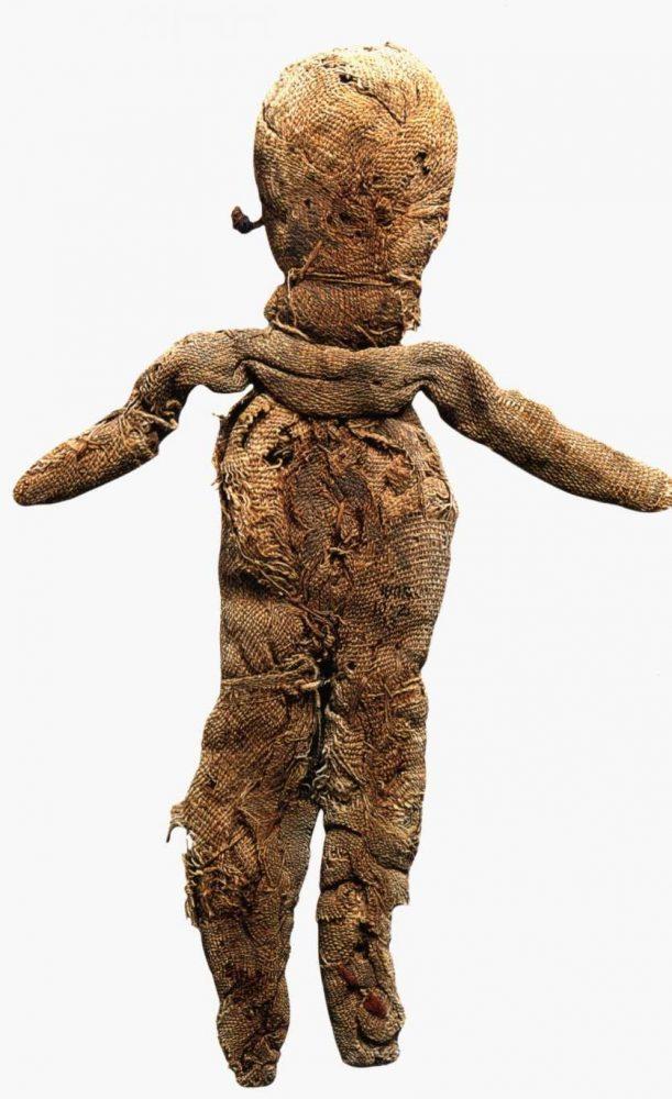 Самая древняя игрушка датируется 1000 лет до н.э. и хранится она в Лувре.