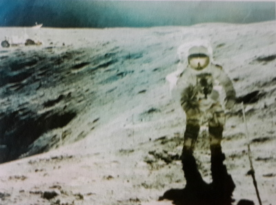 Астронавт у лунного кратера