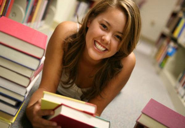 Девушка с книгами, улыбается
