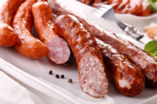 Педиатры советуют убрать из рациона малыша колбасы, копчености и мясные деликатесы