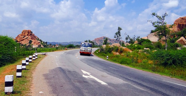 hill-road-204115_640
