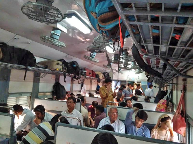 Сидячий вагон 2-го класса в индийском поезде. Здесь я ехала 9 часов. На окнах нет стекол, а снаружи жарит солнце, дует ветер и воняет мусором