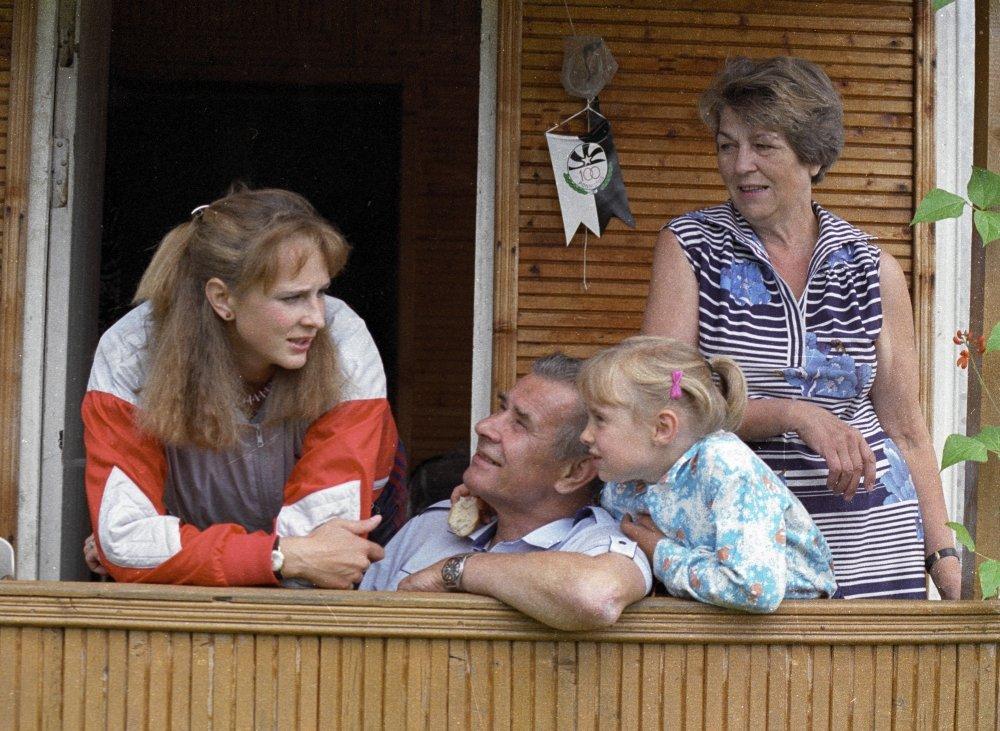 Рисунок 6. На даче с семьёй