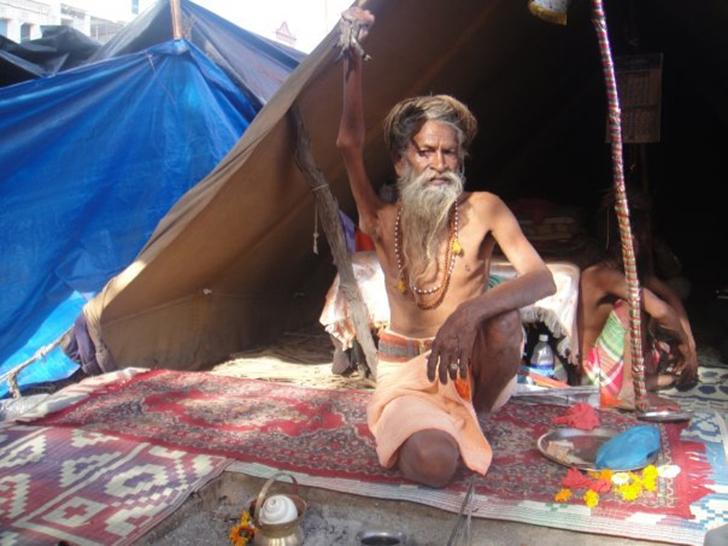 Индус Амар Бхарати, 45 лет держащий поднятую руку, — пример радикального аскетизма