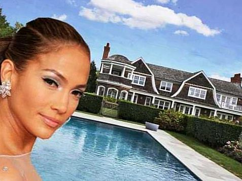 Дженнифер Лопез на фоне дома