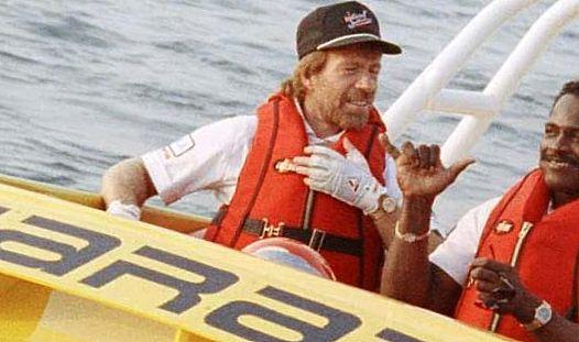 Чак Норрис управляет моторной лодкой
