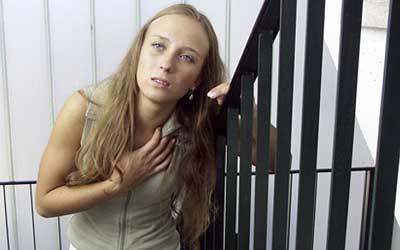 девушке тяжело подниматься по лестнице
